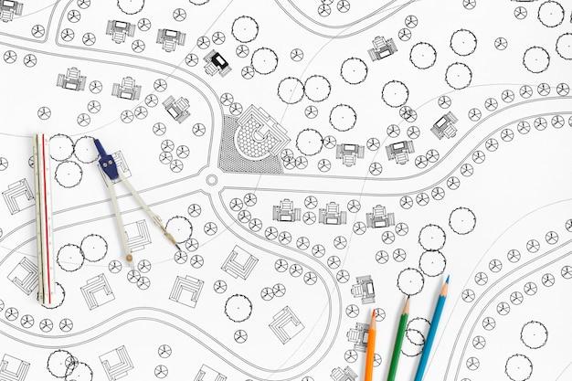 Ландшафтный архитектор разрабатывает чертежи для курорта.