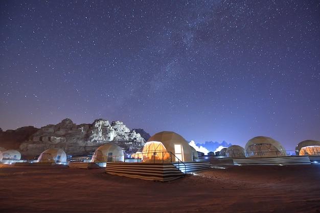 Пейзаж ночью в пустыне вади рума, красные горы каньона пустыни вади рам в иордании