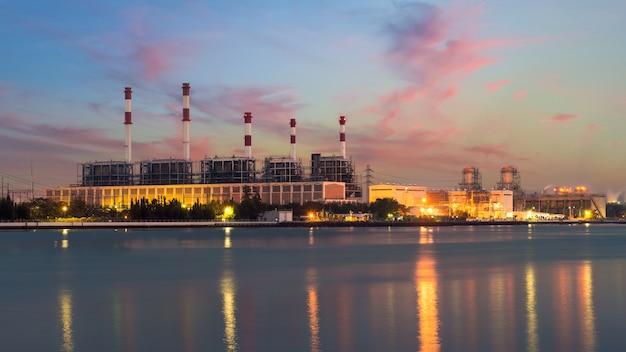 Ландшафтный котел в потоке электростанции в ночное время. электростанция.