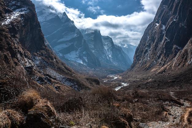 Пейзаж с видом на каньон с облаками