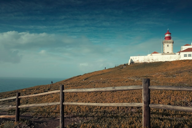 Пейзаж, мыс рока на крутой скале на берегу атлантического океана в осенний день в португалии