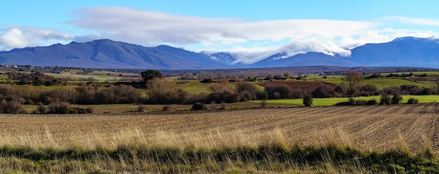 冬には、風景の雲と濃い霧が山を下って地面に向かって降りてきます。スペイン、ソモシエラ、