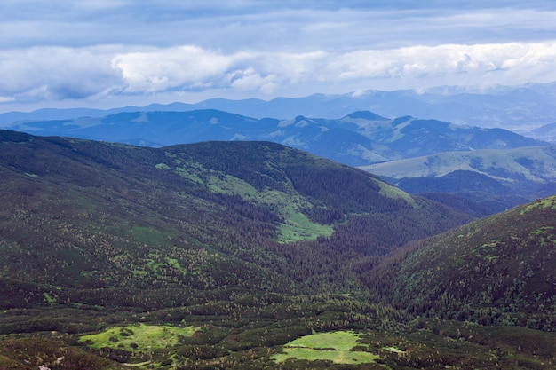 Пейзаж, состоящий из гор карпат с зеленой травяной долиной