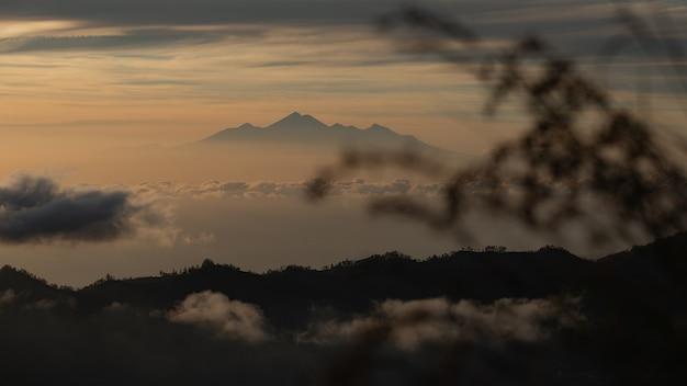 Пейзаж. рассвет с видом на вулкан. батур вулкан. бали индонезия