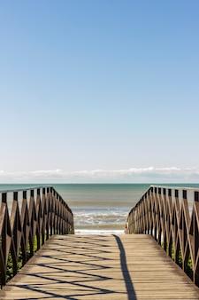 風景。ビーチの砂に架かるデッキブリッジ