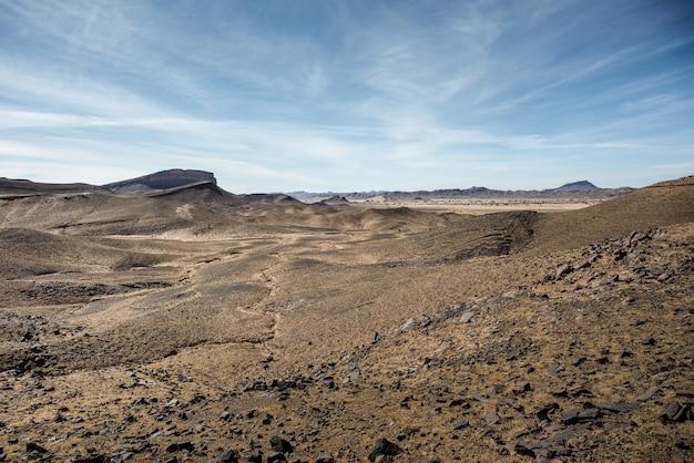 風景。砂漠と山々