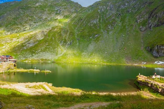 중앙 루마니아에있는 fagaras 산에있는 transfagarasan balea 빙하 호수에서 풍경.