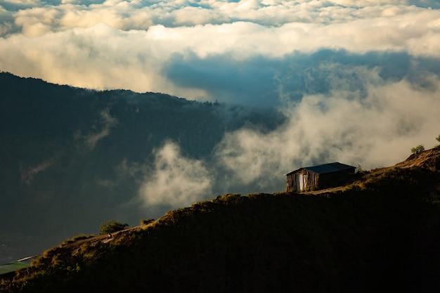 風景。山の家。バトゥール火山。バリ島インドネシア