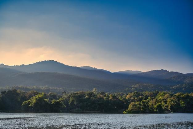 Пейзажное изображение заката над горами и озером