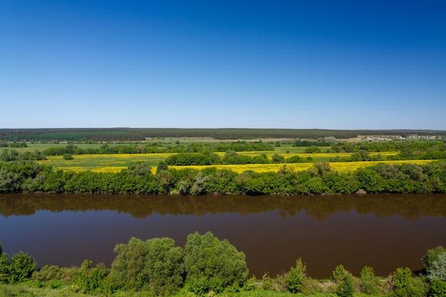 Пейзаж в долине реки дон в средней полосе россии. вид сверху на весенний прибрежный лес и пруд.