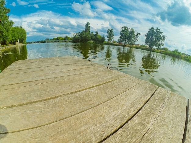 거울 하늘을 반영하는 풍경 호수 계류