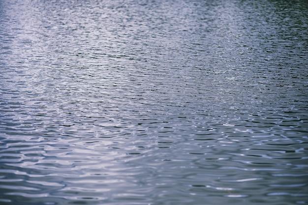 풍경 호수입니다. 물의 질감입니다. 호수는 새벽입니다. 호수가 합류하는 강의 입구.