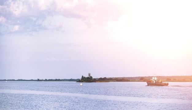 Пейзажное озеро. текстура воды. озеро на рассвете. устье реки у впадения в озеро.