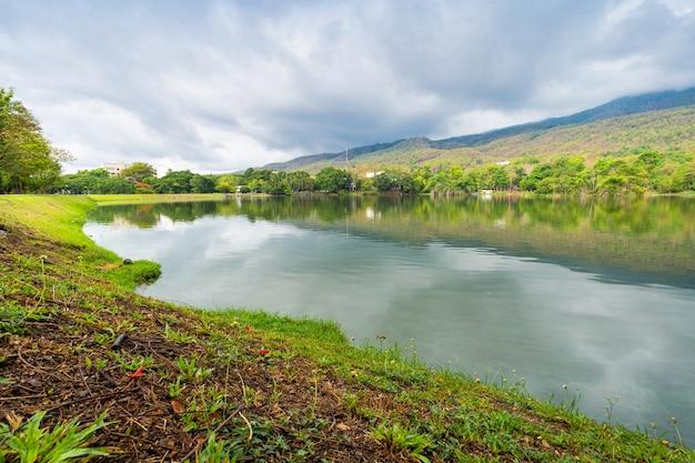 Пейзажные виды на озеро в университете анг кео чиангмай в лесу природы. вид на горы. весеннее голубое небо с белым облаком.