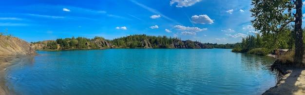 風景長いバナーパノラマ夏の青い湖ヨーロッパ自然の背景