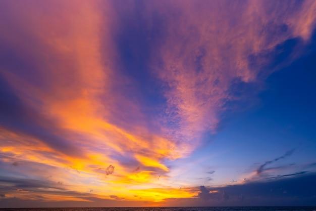 풍경 하늘에서 장엄한 구름의 긴 노출 열 대 바다에서 반사와 바다 일몰 또는 일출 아름 다운 cloudscape 풍경 자연의 놀라운 빛 황혼의 풍경입니다.
