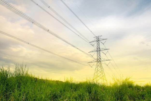 녹색 자연이 있는 풍경 산, 에너지는 환경 개념에 친화적이며, 전원 분배 철탑 시스템은 농촌 지역과 시골에 있습니다.