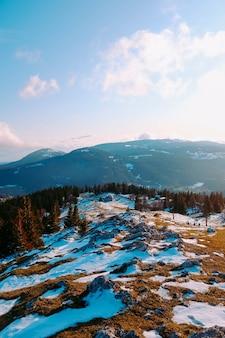 Пейзаж гор и лесов зимой