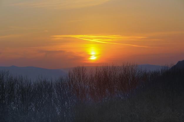 風景、夕方の北コーカサスの山々、日没