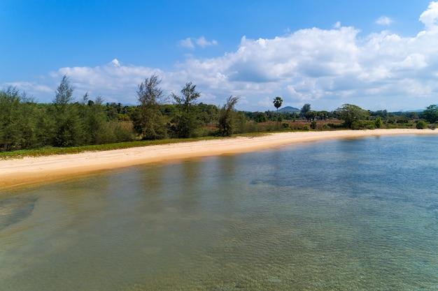 空撮ドローンショット、高角度のビューで夏のシーズンのイメージで美しい海の表面と美しい熱帯の海の風景自然風景ビュー。