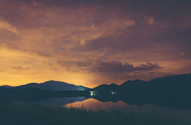 湖の上の風景の夜空