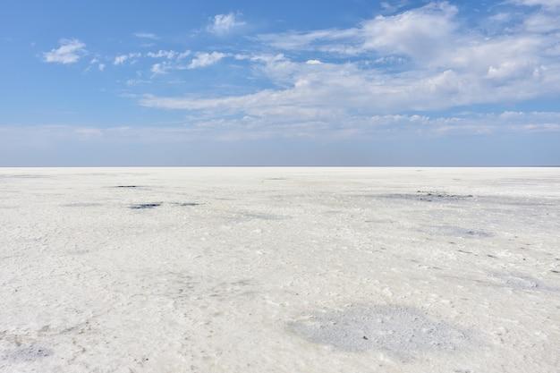 捨てられた塩湖の表面の風景