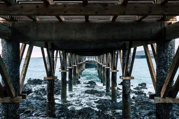 Пейзаж причала на берегу моря в скалистом и красивом месте - никого на месте и плохой погоды - лансароте, канарские острова