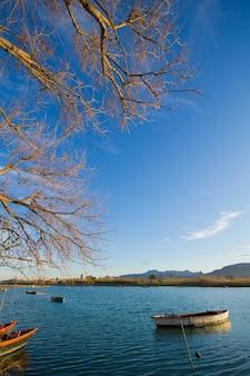 ボートで湖の風景静けさの旅