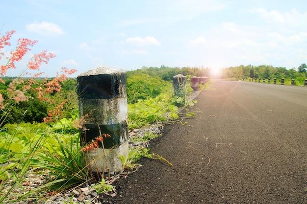 태국의 아름다운 자연에서 아스팔트 도로의 풍경