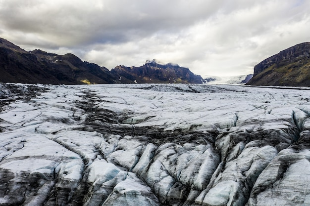 アイスランドの曇り空の下で氷に覆われた荒れ地の風景