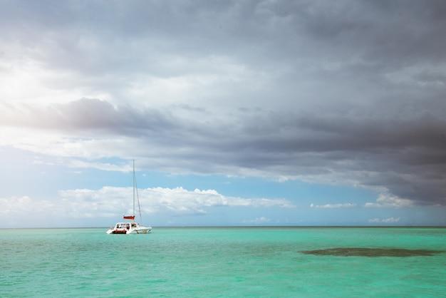 Пейзаж красивого океана с кристально чистой водой и темным небом