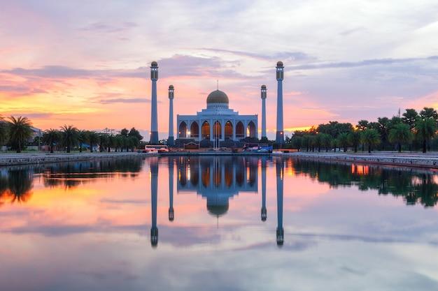 Пейзаж красивого закатного неба в центральной мечети, провинция сонгкхла, таиланд