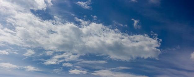 맑고 화창한 날 하늘에 흐릿한 구름이 밝게 떠 있는 푸른 하늘의 풍경.