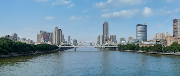 Пейзаж мостов и зданий по обе стороны жемчужной реки в гуанчжоу, китай
