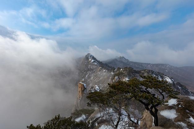 冬のソウル、韓国の北漢山国立公園と東峰山の風景