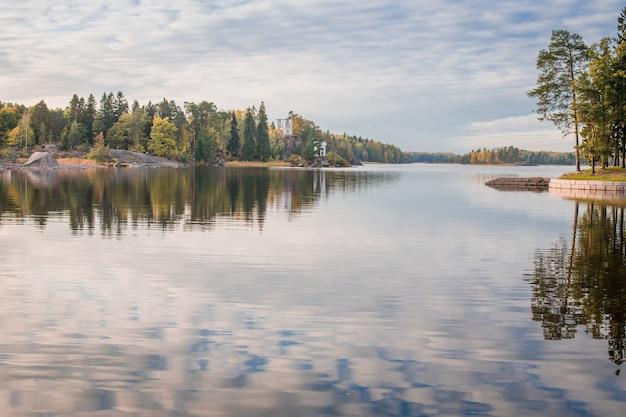 大きな湖の穏やかな水の風景