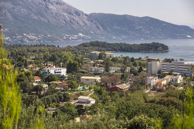 Пейзаж города на побережье