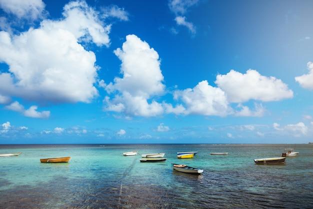 Пейзаж чистого голубого океана с рыбацкими лодками в солнечный день