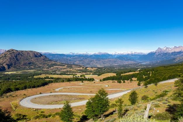 Пейзаж долины койайке с красивыми горами и видом на дорогу, патагония, чили, южная америка