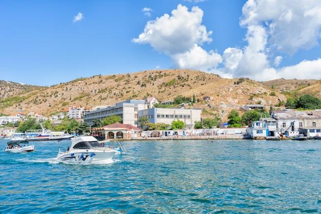 クリミアの風景と黒海沿岸のリゾートタウン