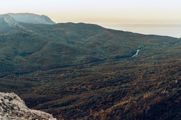 秋の夕暮れ時のクリミア山脈の風景、背景