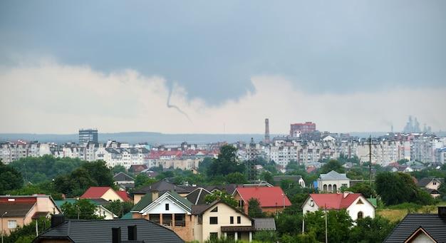 都市の農村地域で雷雨の間に嵐の空に形成される暗い雲の風景。
