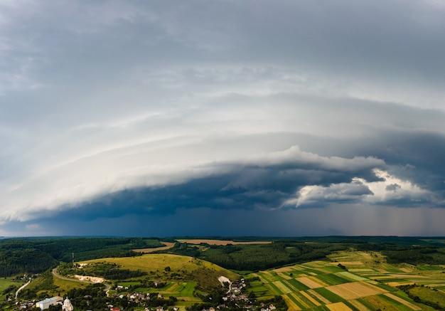 農村部の雷雨の間に嵐の空に形成される暗い雲の風景。