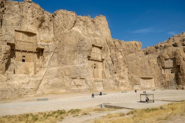 Пейзаж знаменитой достопримечательности накш-э рустам в иране