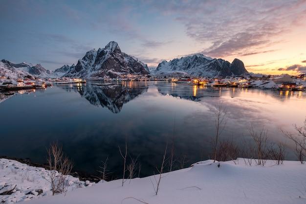 ノルウェー、ロフォーテン諸島、レーヌの山の反射のある漁村の風景