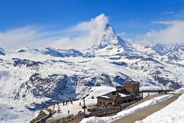 스위스에 위치한 gornergrat 기차역 및 matterhorn 피크의 풍경