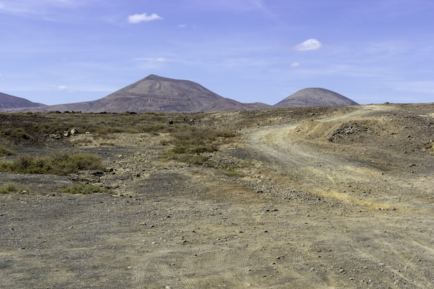 Пейзаж холмов под голубым небом в национальном парке тиманфайя в испании
