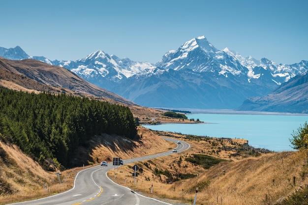 눈 덮인 산으로 둘러싸인 뉴질랜드 푸 카키 호수의 풍경
