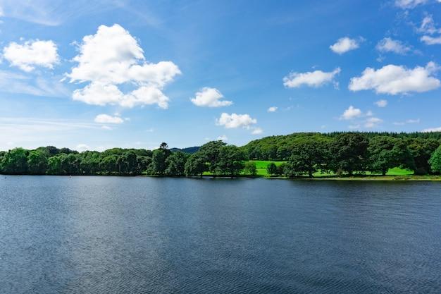Пейзаж озера уиндермир в национальном парке лейк-дистрикт в соединенном королевстве