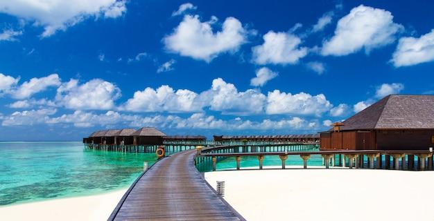 몰디브 해변의 풍경입니다. 열대 바다. 여름 휴가 및 휴가 개념에 대 한 배경입니다.